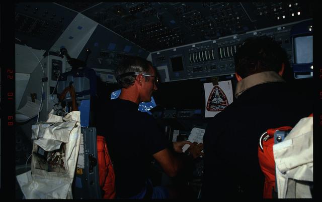S34-08-008 - STS-034 - STS-34 crew activities