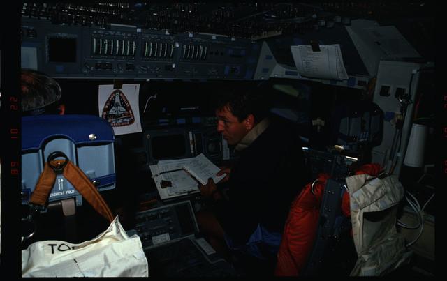 S34-08-009 - STS-034 - STS-34 crew activities