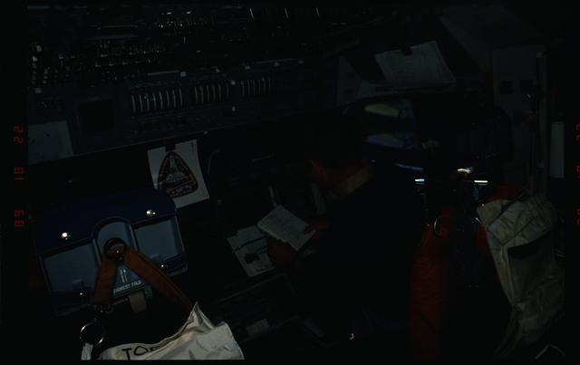 S34-08-011 - STS-034 - STS-34 crew activities