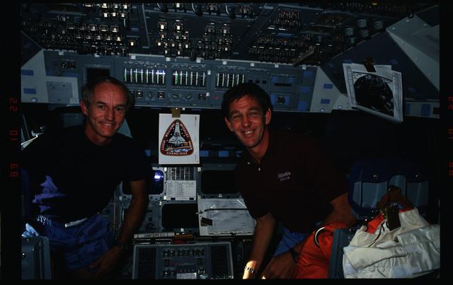 S34-09-018 - STS-034 - STS-34 crew activities