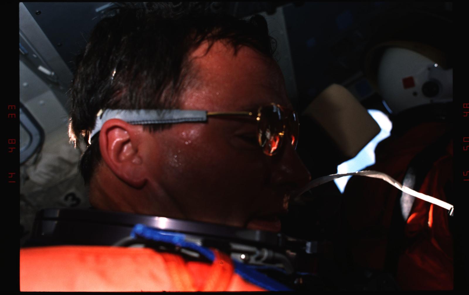 S37-02-007 - STS-037 - STS-37 crew activities