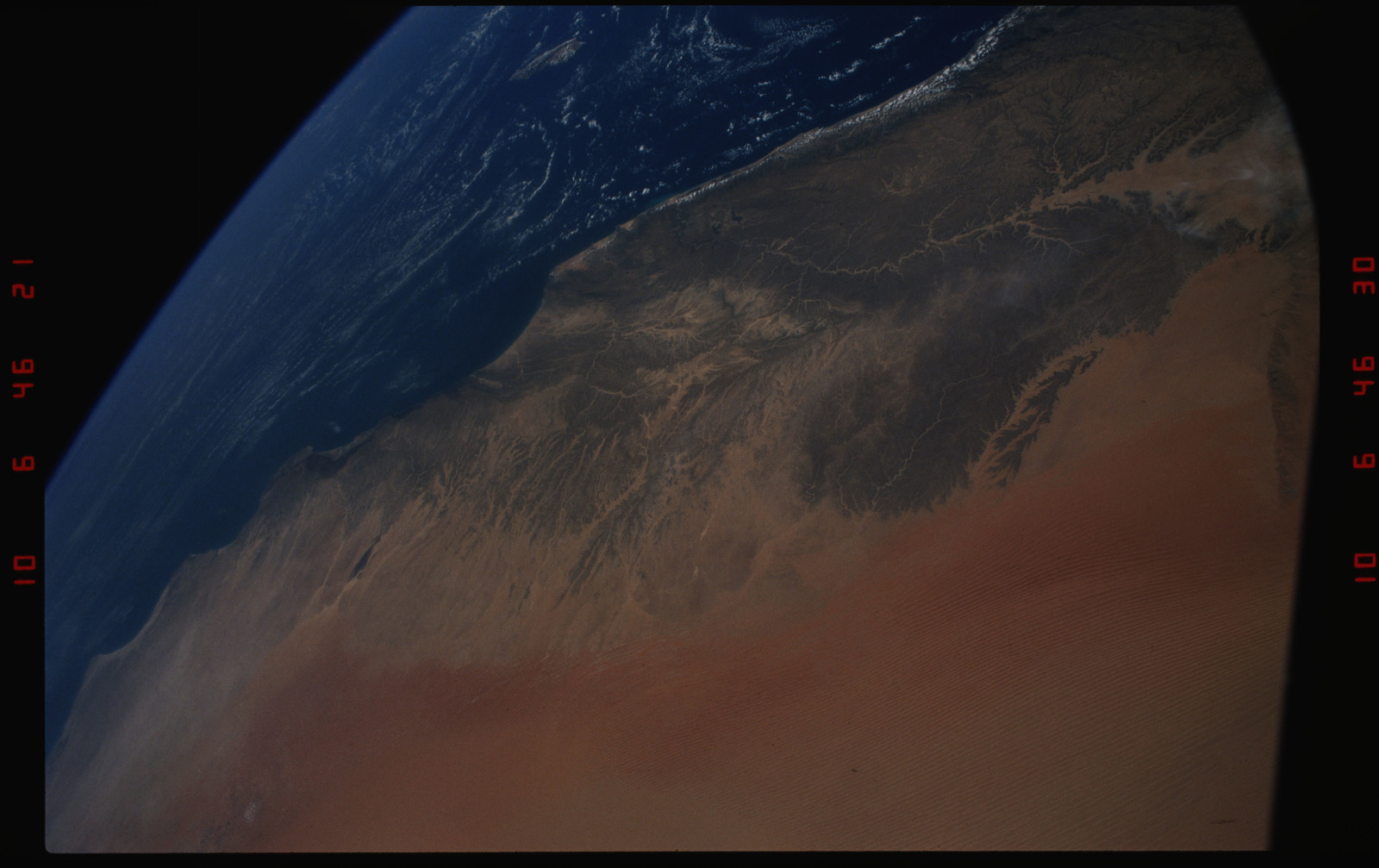 S37-12-003 - STS-037 - STS-37 Earth observations