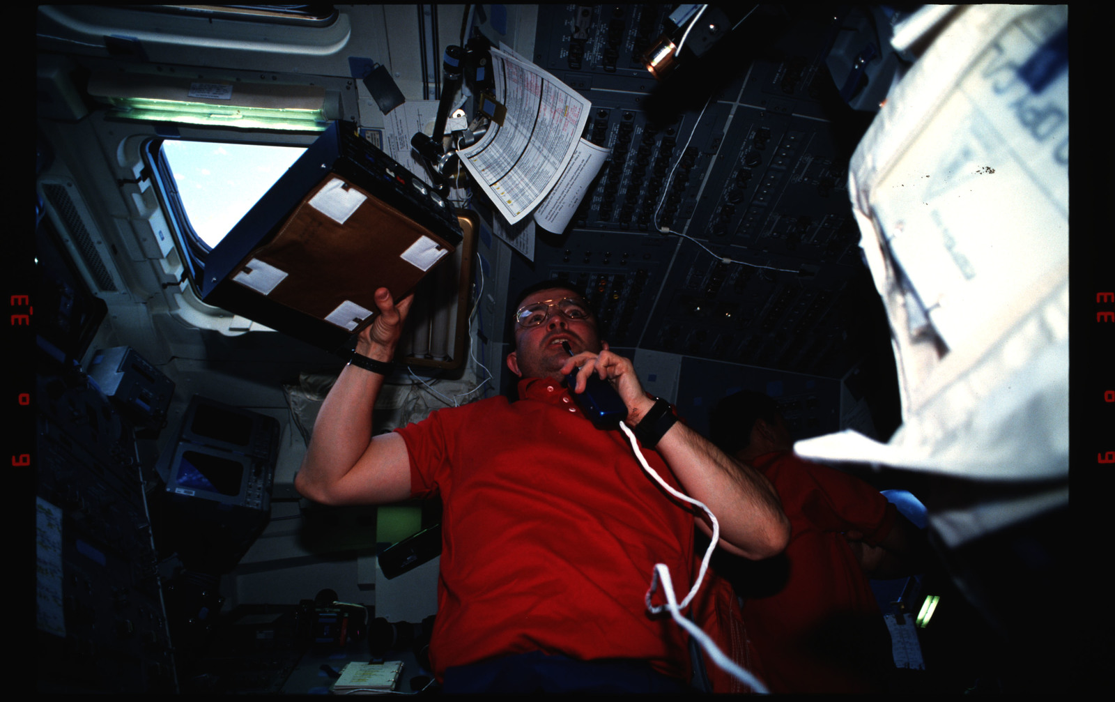 S37-17-032 - STS-037 - STS-37 crew activities