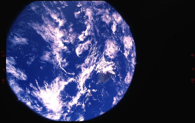 S37-28-030 - STS-037 - STS-37 Earth observations