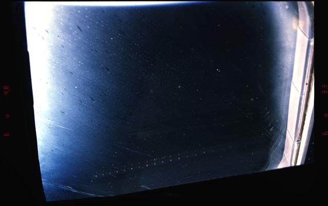 S37-33-007 - STS-037 - Window