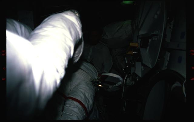 S37-36-026 - STS-037 - STS-37 crew activities