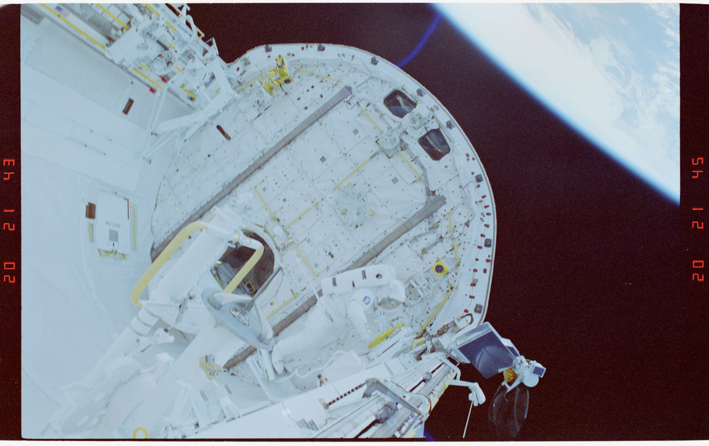S37-53-018 - STS-037 - Payload Bay