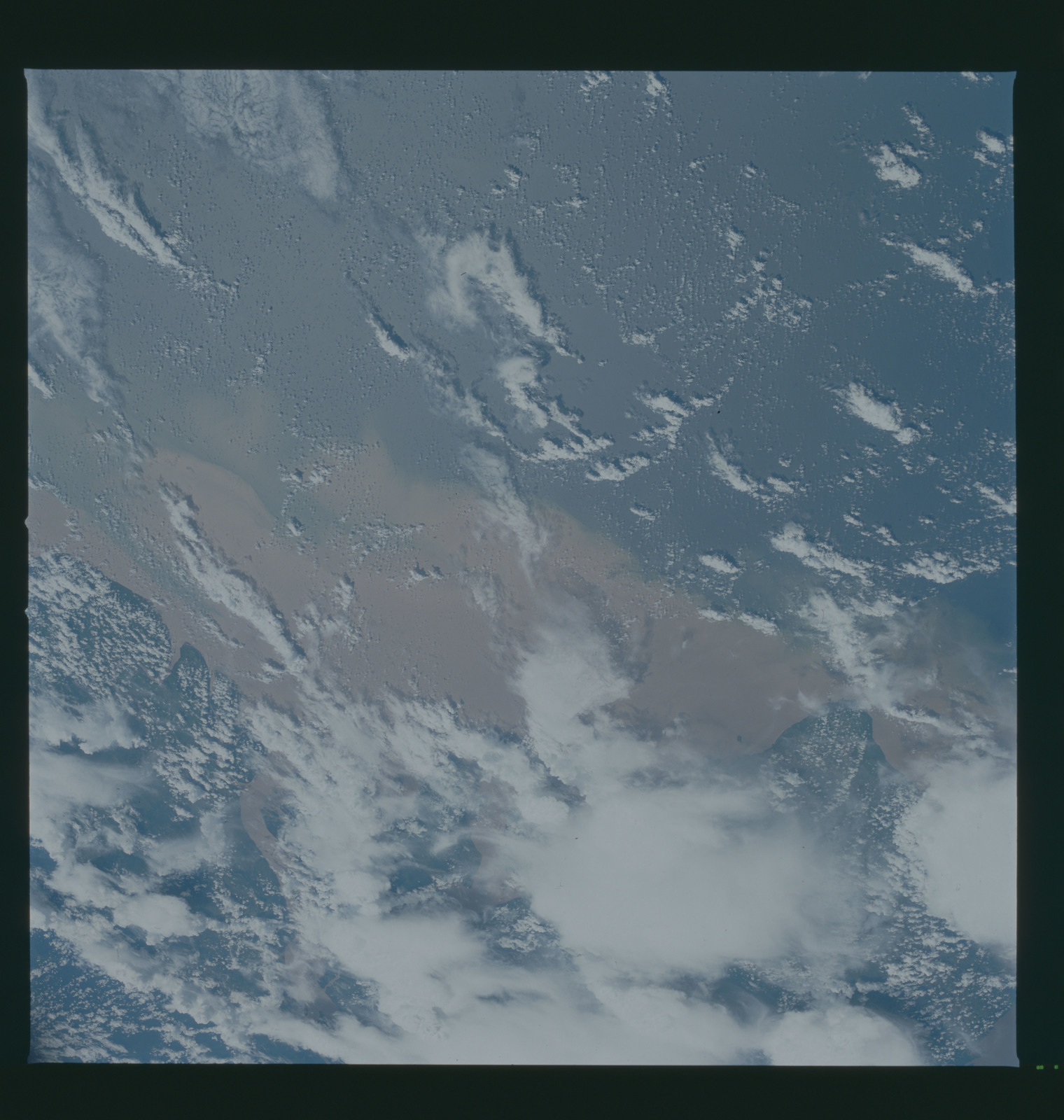 S37-94-001 - STS-037 - Earth observations taken from OV-104 during STS-37 mission