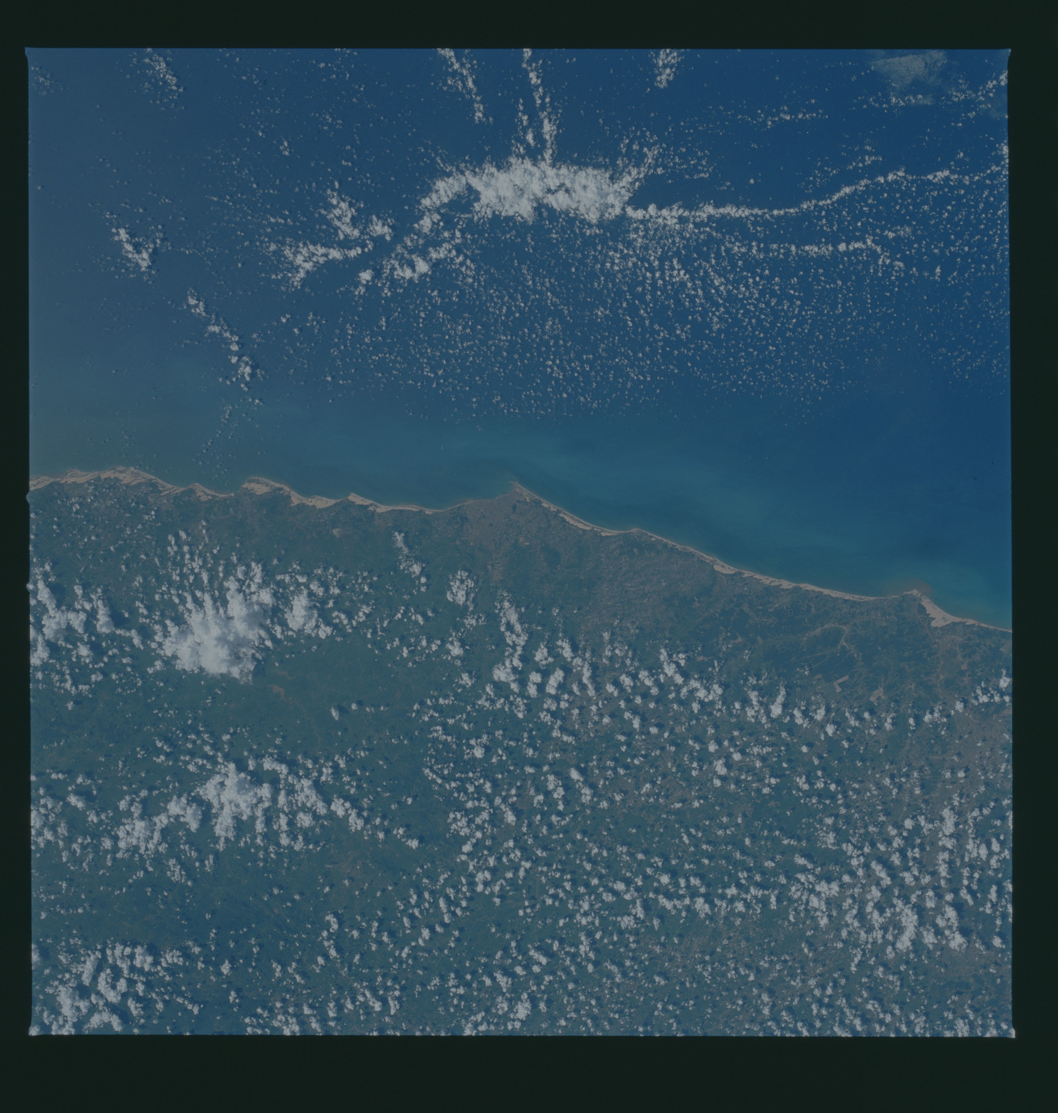 S37-94-007 - STS-037 - Earth observations taken from OV-104 during STS-37 mission
