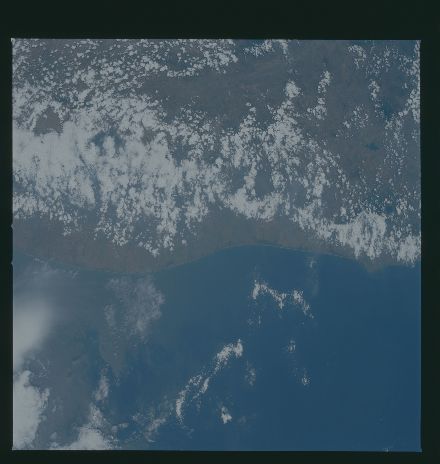 S37-94-016 - STS-037 - Earth observations taken from OV-104 during STS-37 mission