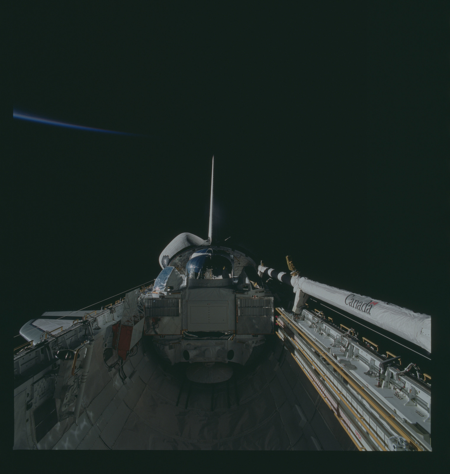 S37-94-031 - STS-037 - A view of the GRO in the payload bay of OV-104 during the STS-37 mission
