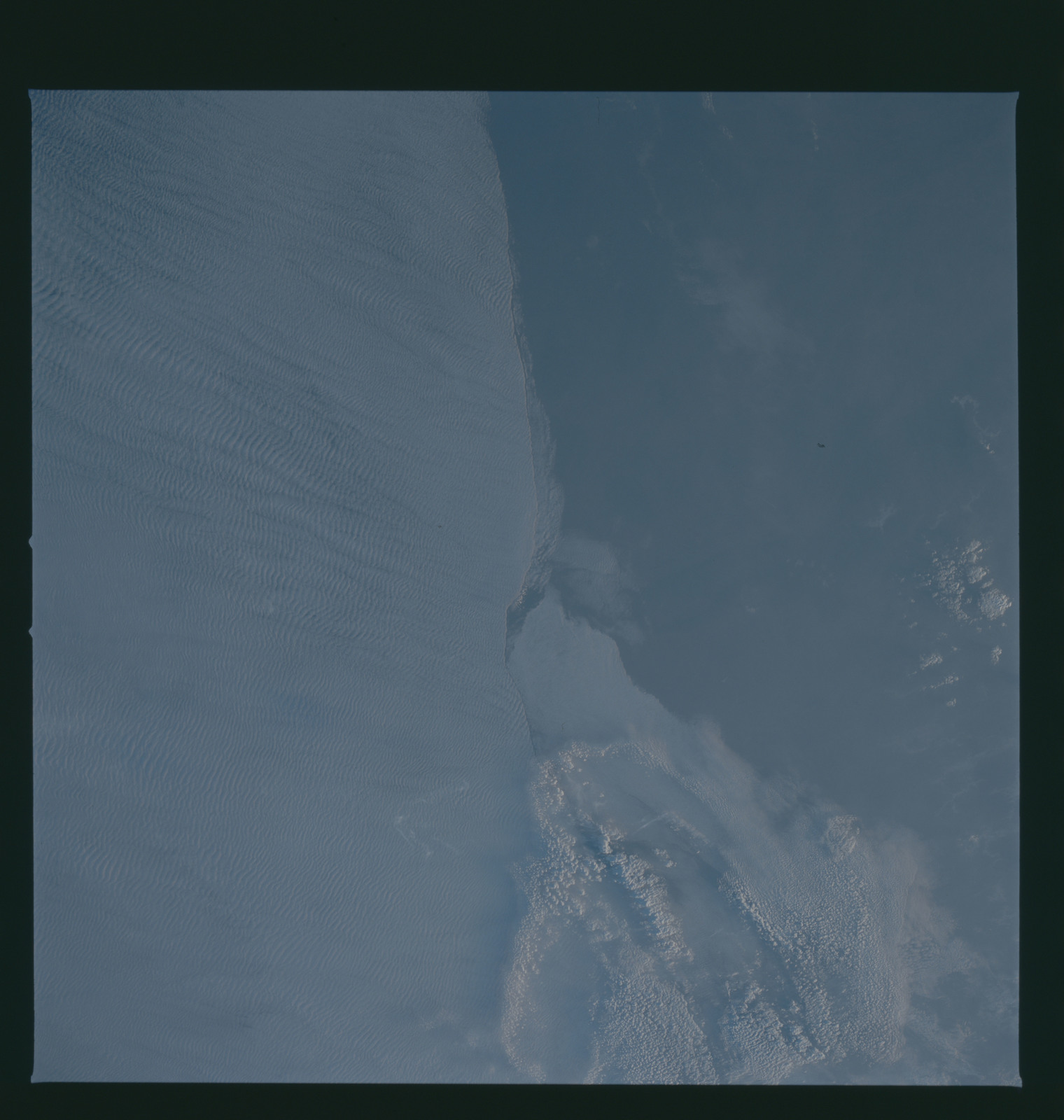 S37-94-049 - STS-037 - Earth observations taken from OV-104 during STS-37 mission