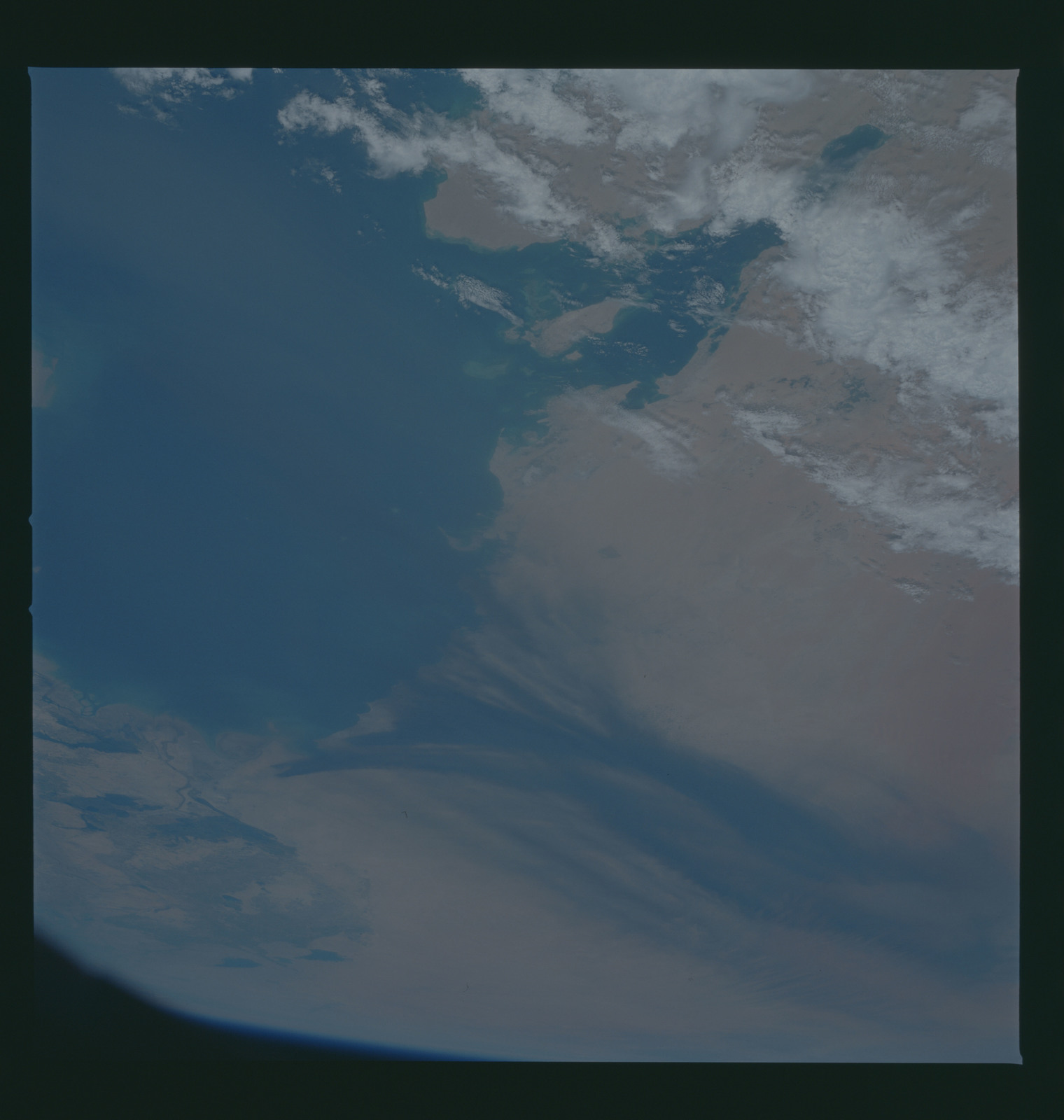 S37-94-055 - STS-037 - Earth observations taken from OV-104 during STS-37 mission