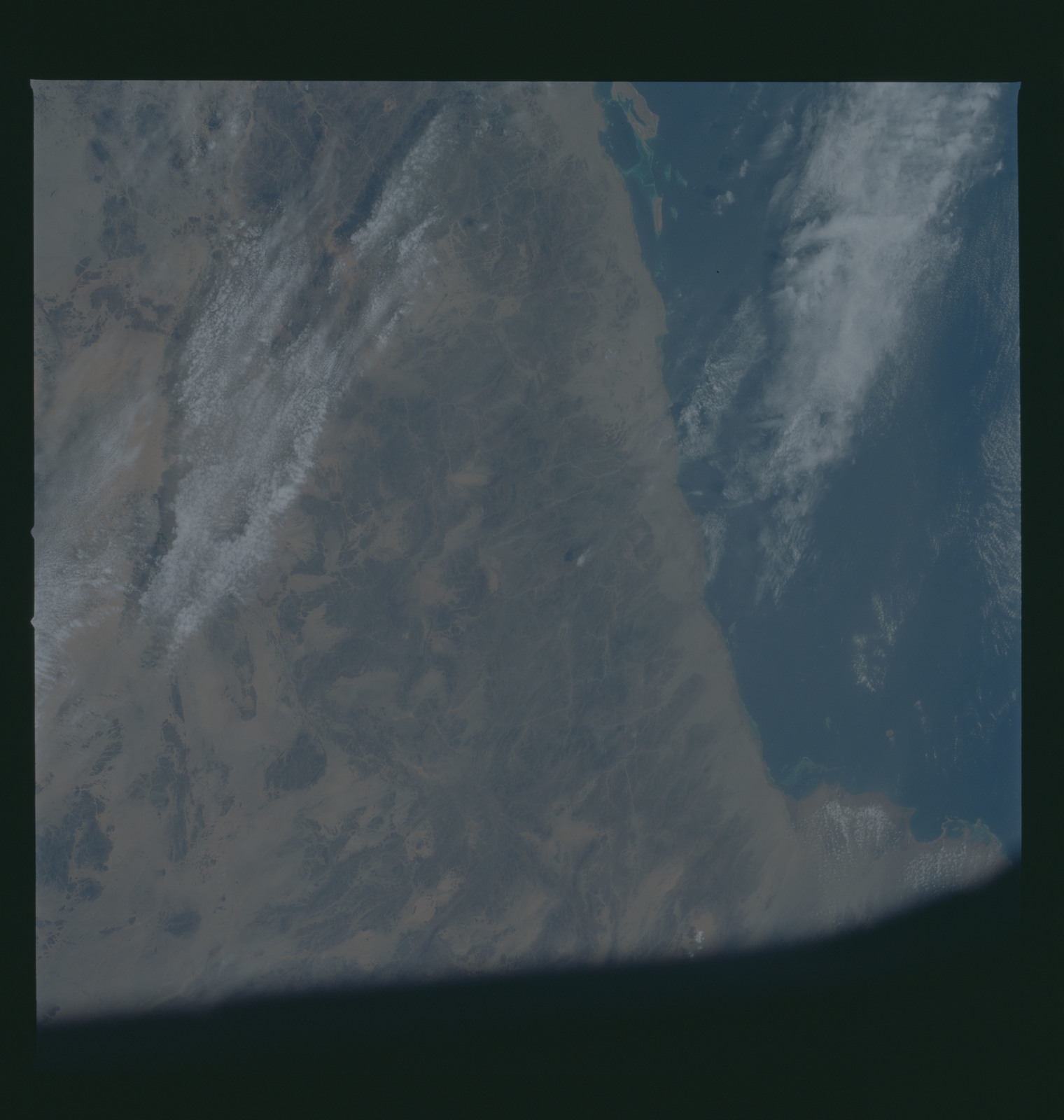 S37-94-078 - STS-037 - Earth observations taken from OV-104 during STS-37 mission