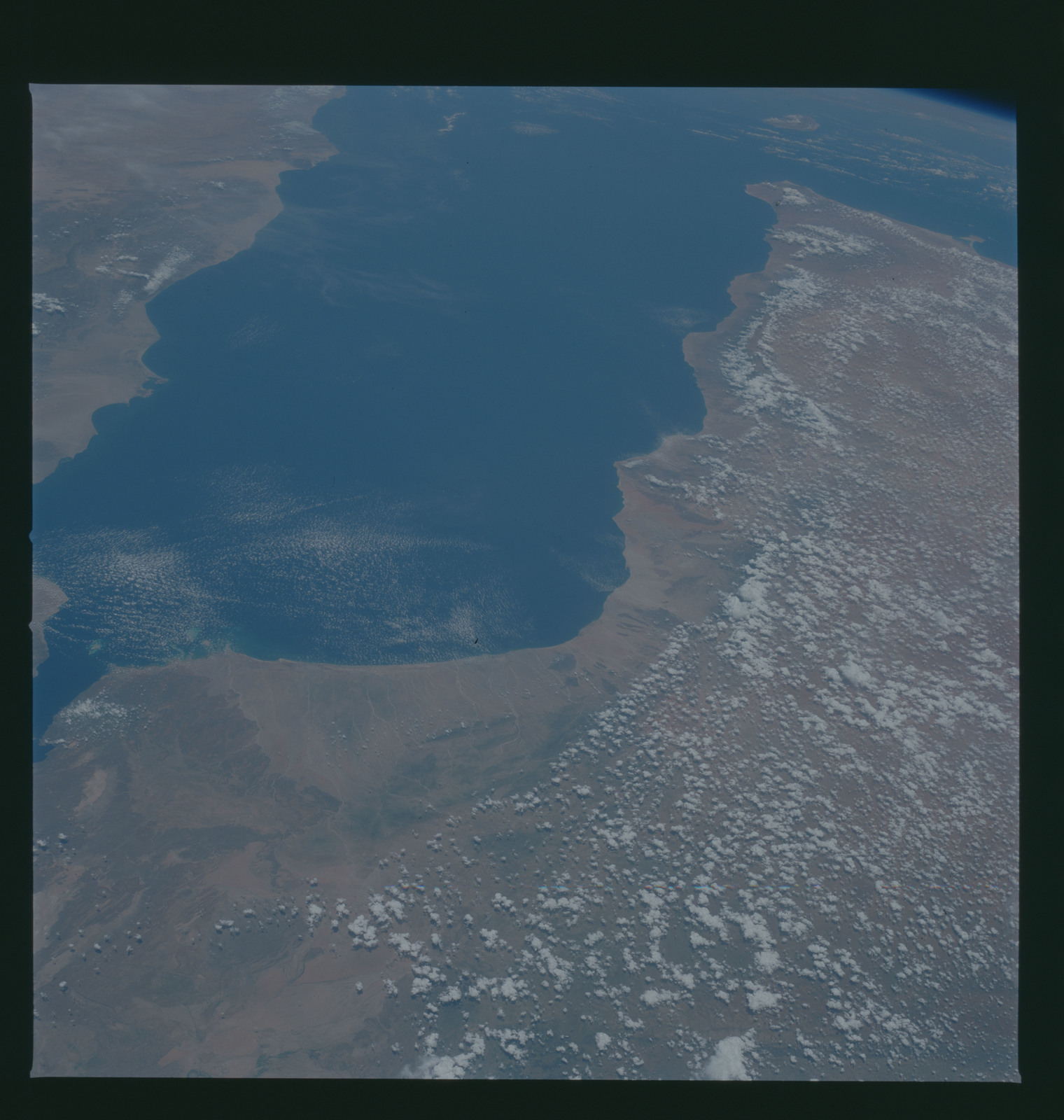 S37-94-100 - STS-037 - Earth observations taken from OV-104 during STS-37 mission