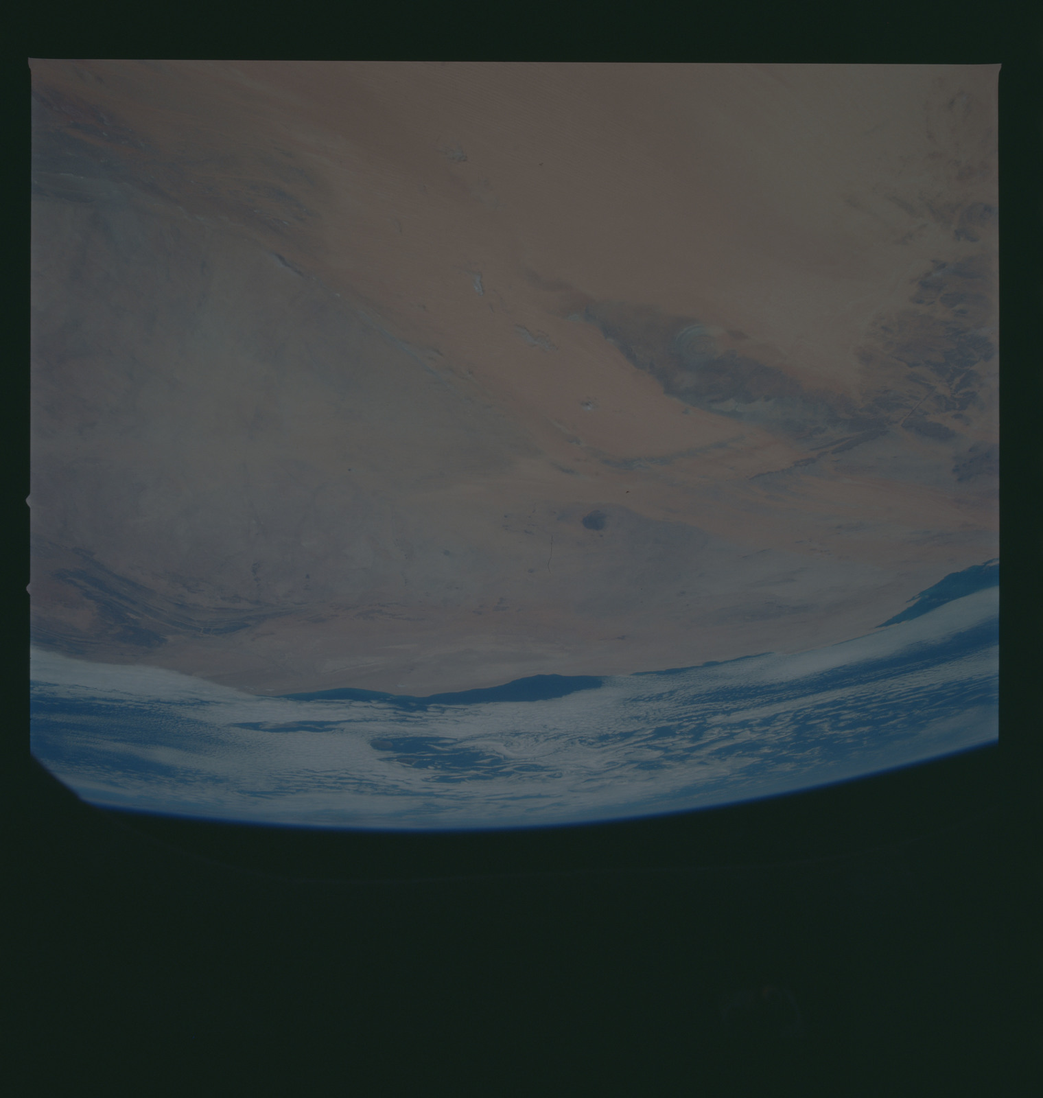 S37-96-038 - STS-037 - Earth observations taken from OV-104 during STS-37 mission