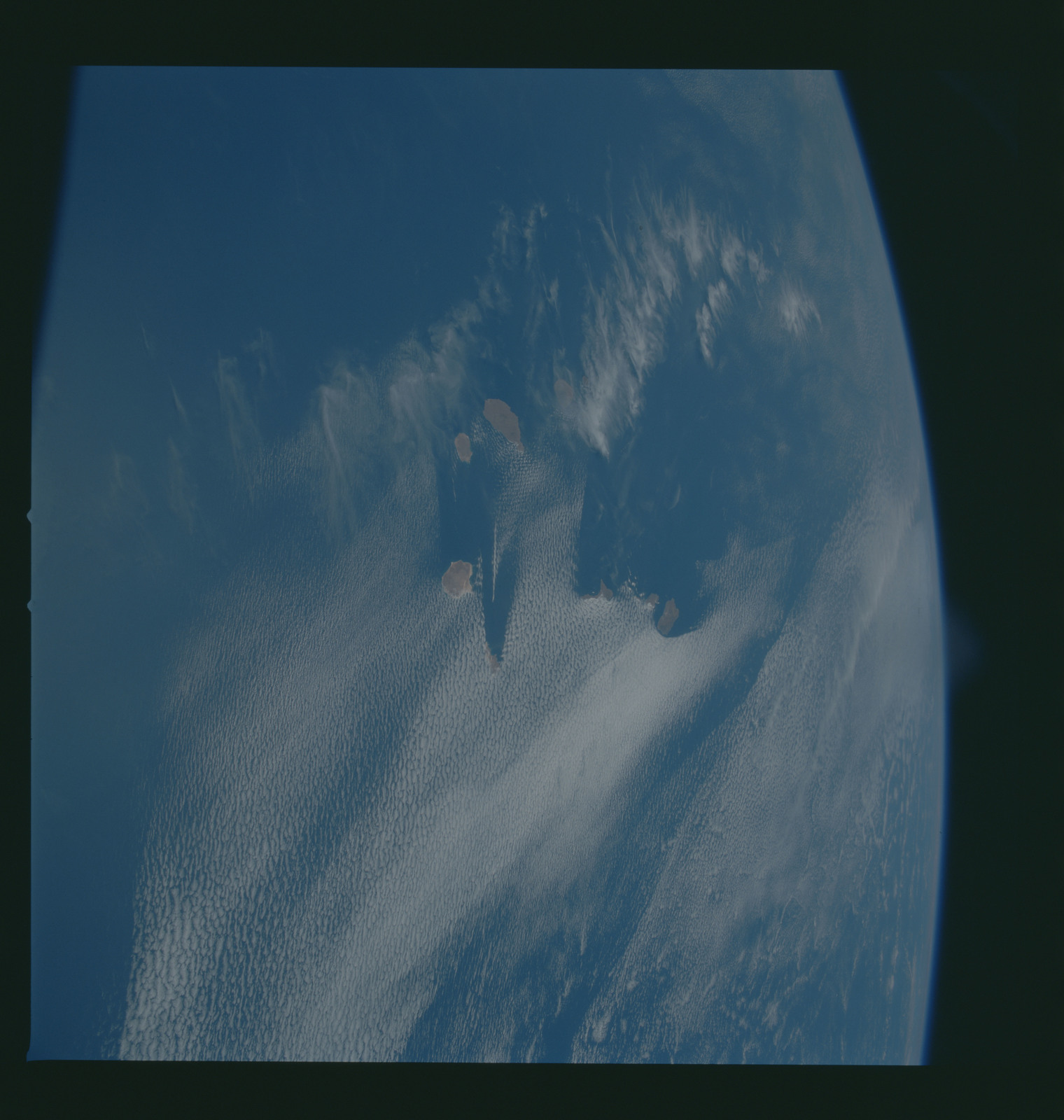 S37-96-040 - STS-037 - Earth observations taken from OV-104 during STS-37 mission