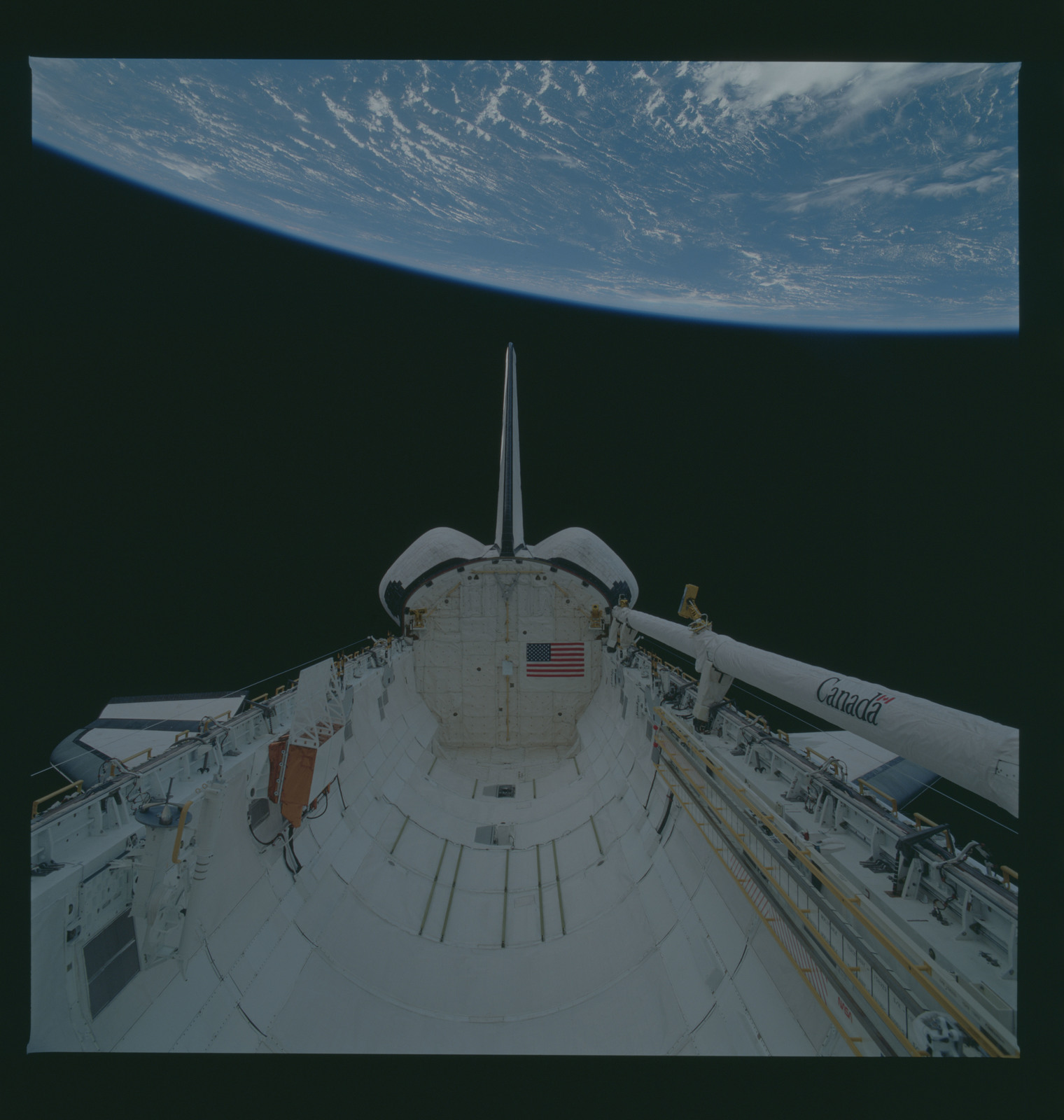 S37-96-043 - STS-037 - Views of the aft payload bay of OV-104 taken during the STS-37 mission