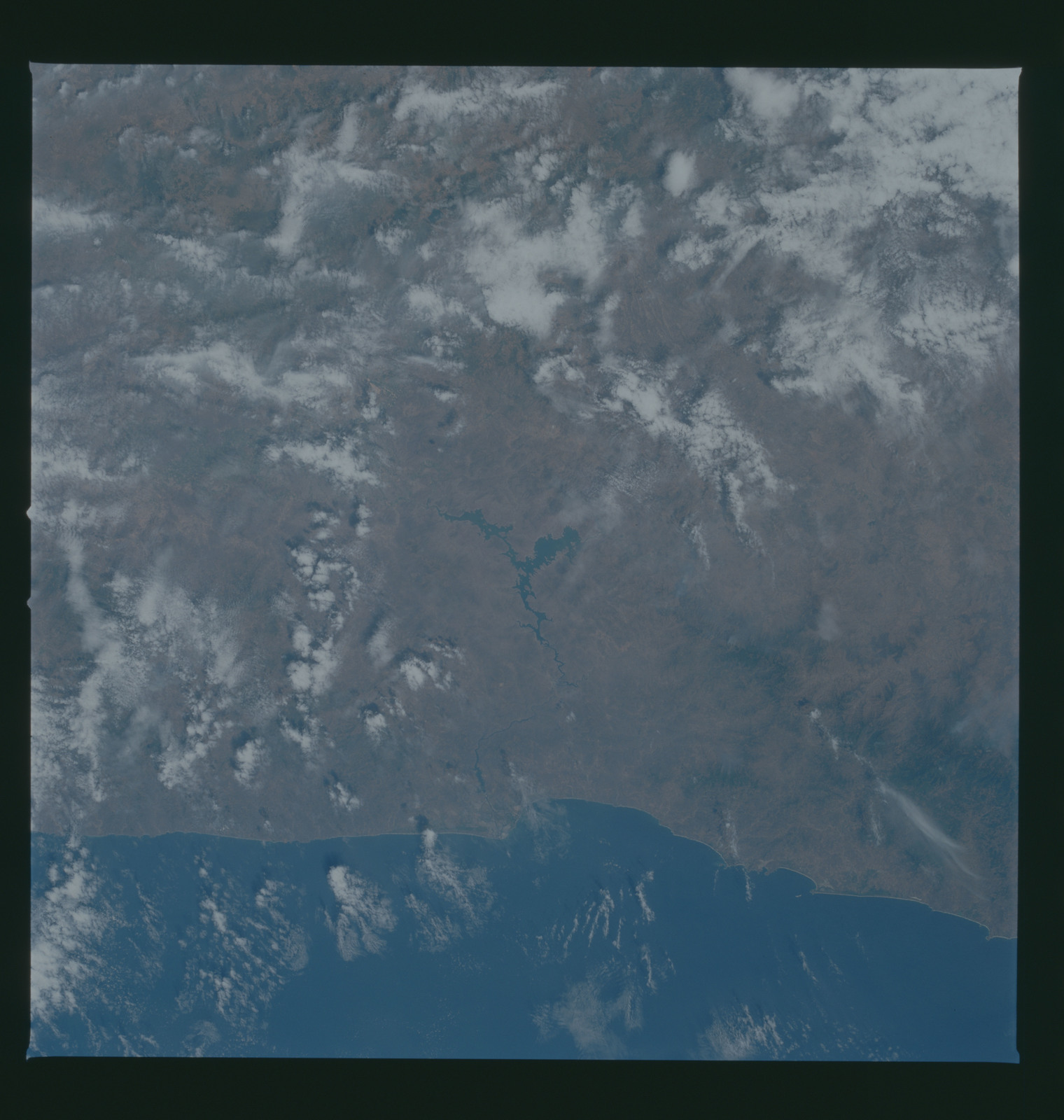 S37-96-050 - STS-037 - Earth observations taken from OV-104 during STS-37 mission