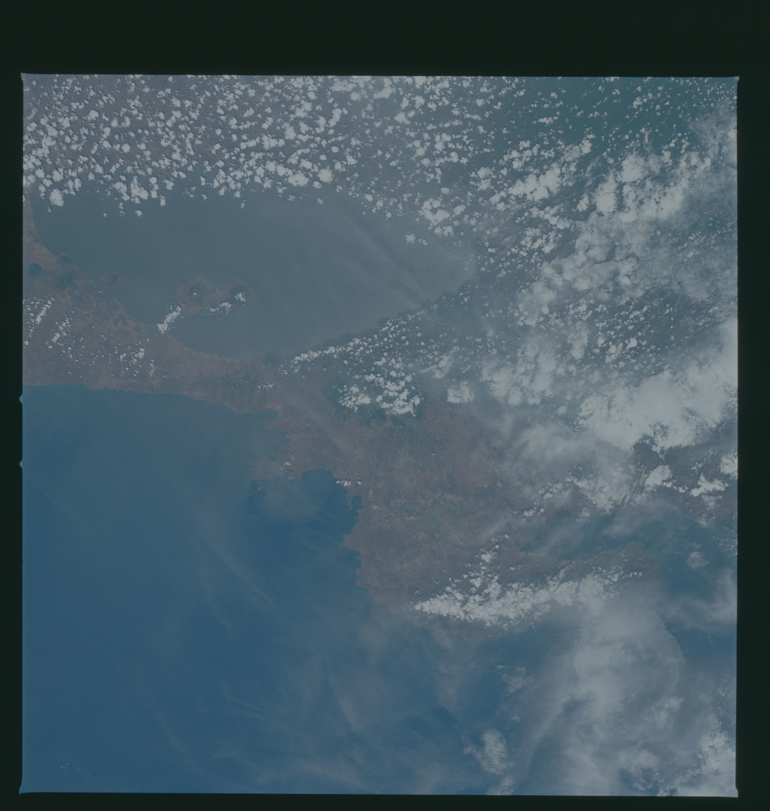 S37-96-052 - STS-037 - Earth observations taken from OV-104 during STS-37 mission