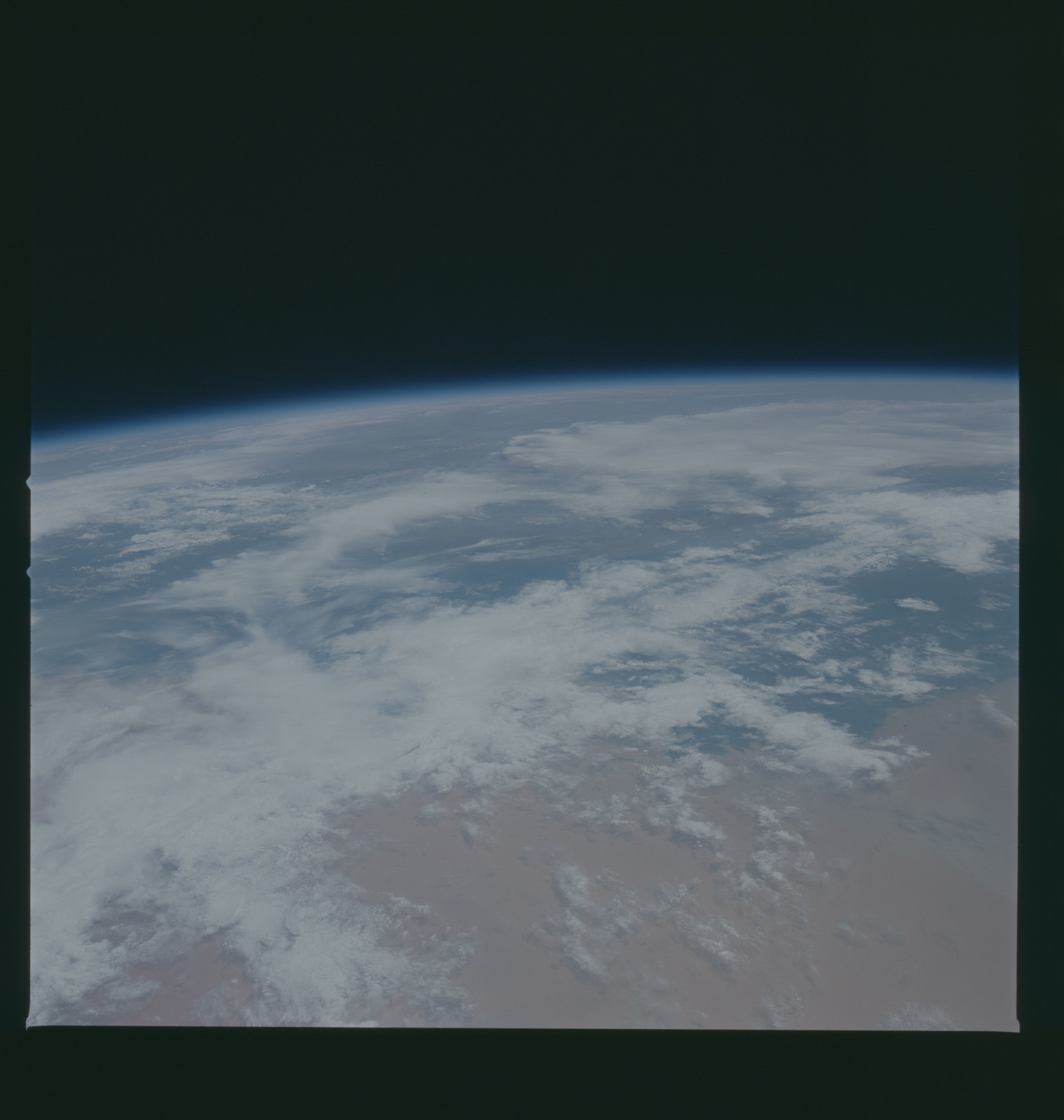 S37-96-071 - STS-037 - Earth observations taken from OV-104 during STS-37 mission
