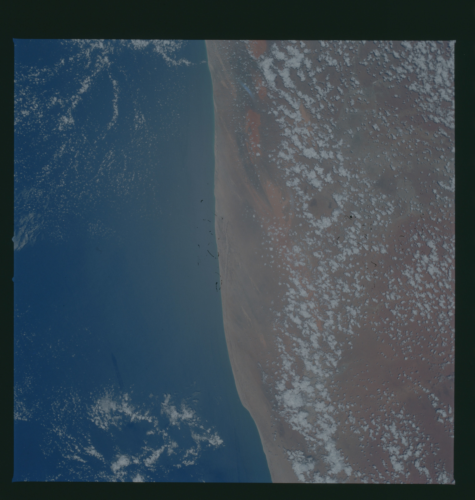 S37-96-105 - STS-037 - Earth observations taken from OV-104 during STS-37 mission