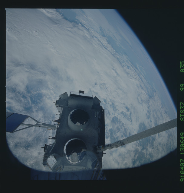 S37-99-035 - STS-037 - The Gamma Ray Observatory (GRO) grappled by the RMS during STS-37 deployment