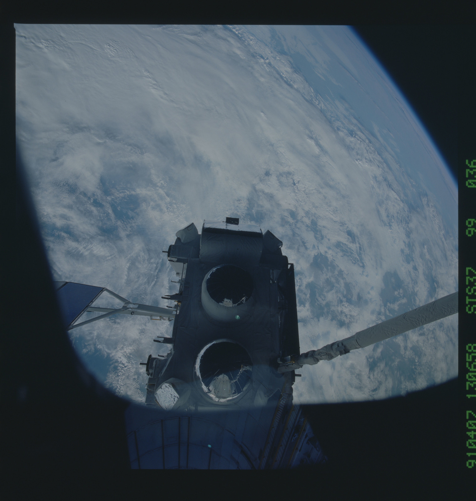 S37-99-036 - STS-037 - The Gamma Ray Observatory (GRO) grappled by the RMS during STS-37 deployment
