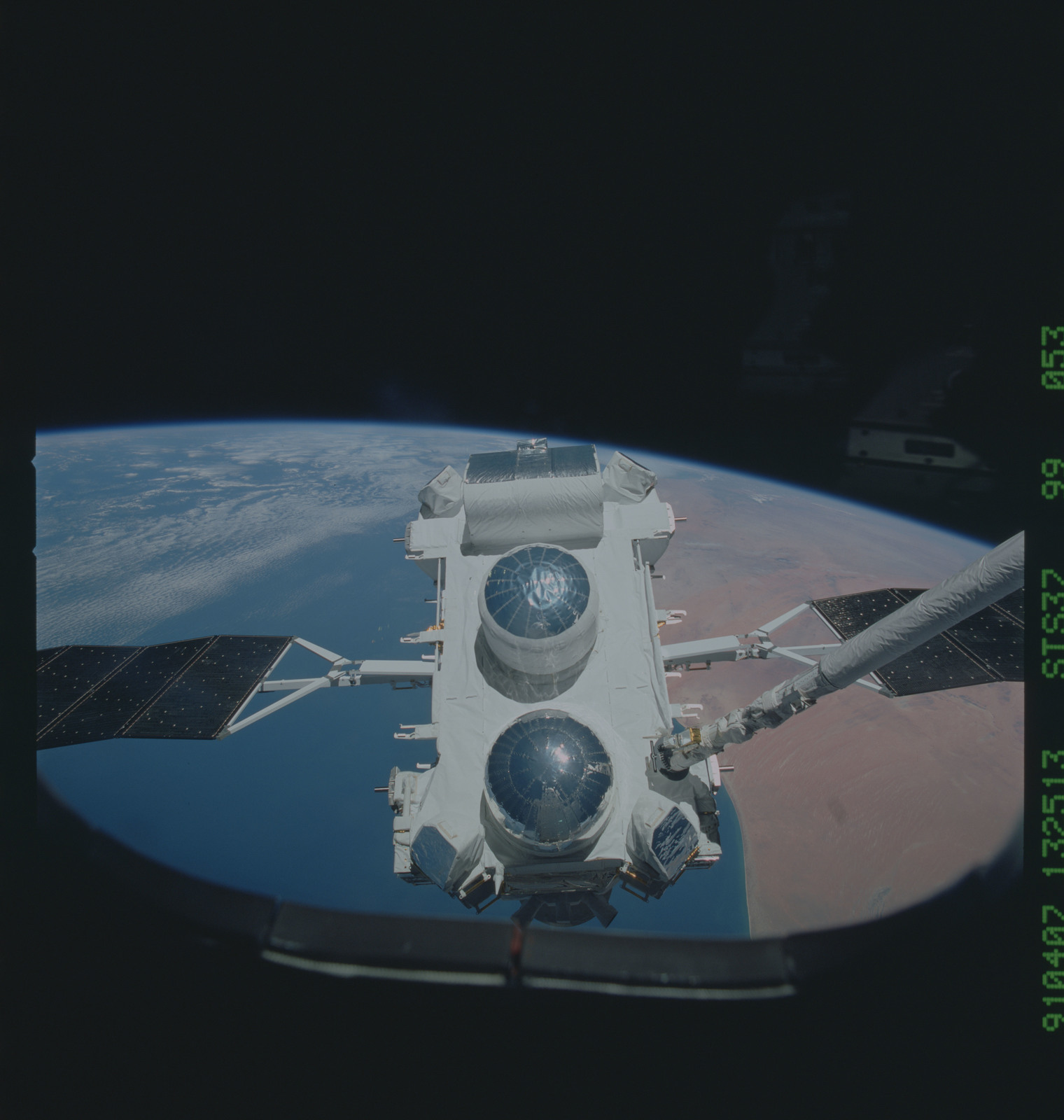 S37-99-053 - STS-037 - The Gamma Ray Observatory (GRO) grappled by the RMS during STS-37 deployment