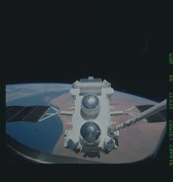 S37-99-055 - STS-037 - The Gamma Ray Observatory (GRO) grappled by the RMS during STS-37 deployment