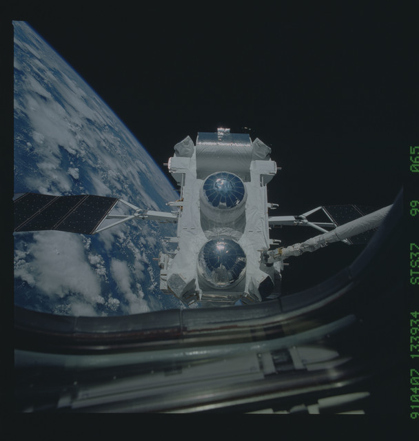 S37-99-065 - STS-037 - The Gamma Ray Observatory (GRO) grappled by the RMS during STS-37 deployment