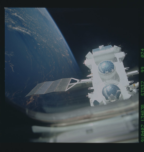 S37-99-074 - STS-037 - The Gamma Ray Observatory (GRO) grappled by the RMS during STS-37 deployment