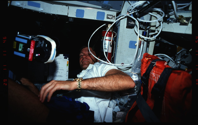 S39-02-004 - STS-039 - STS-39 crewmember activities