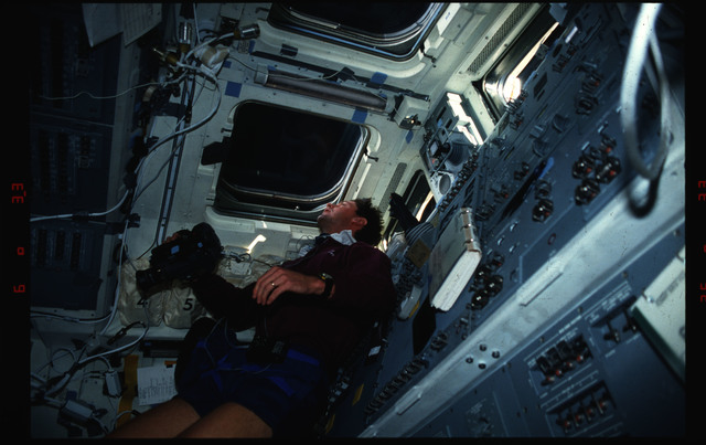 S39-04-011 - STS-039 - STS-39 crewmember activities