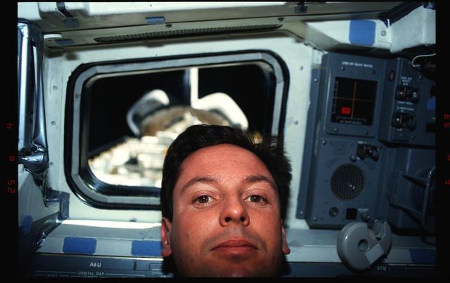 S39-05-031 - STS-039 - STS-39 crew activities