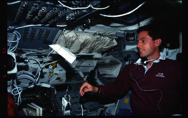 S39-05-037 - STS-039 - STS-39 crew activities