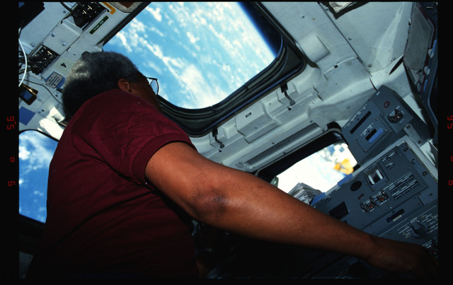 S39-06-033 - STS-039 - STS-39 crew activities