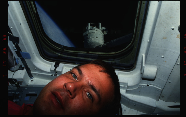 S39-07-028 - STS-039 - STS-39 crew activities