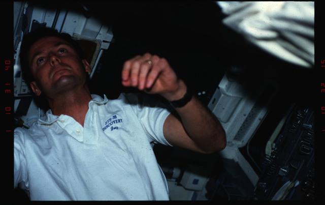 S39-09-018 - STS-039 - STS-39 crew activities
