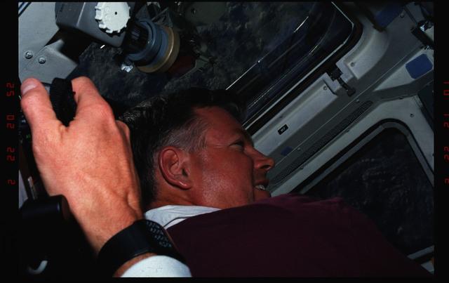 S39-11-021 - STS-039 - STS-39 Commander Coats on OV-103's flight deck watches SPAS-II/IBSS deploy