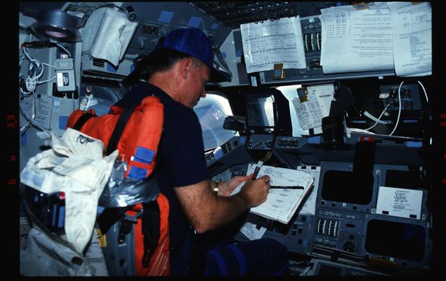 S39-13-025 - STS-039 - STS-39 crew activities