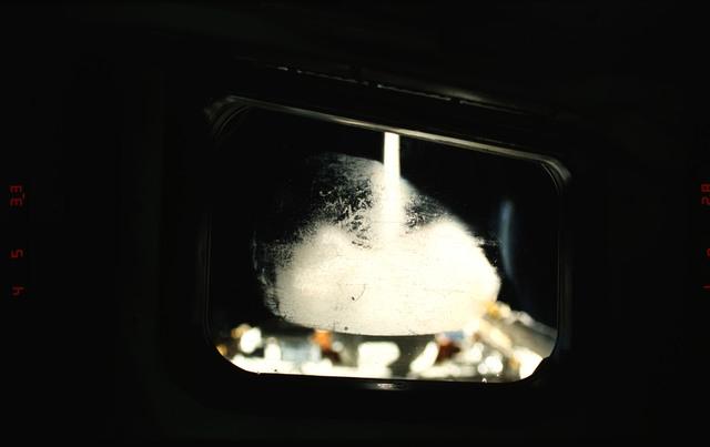 S39-16-003 - STS-039 - STS-39 crew activities