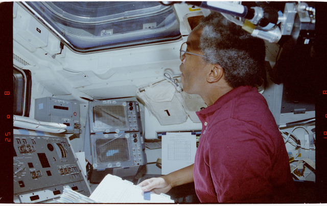 S39-19-009 - STS-039 - STS-39 crewmember on OV-103's flight deck watches SPAS-II/IBSS deploy
