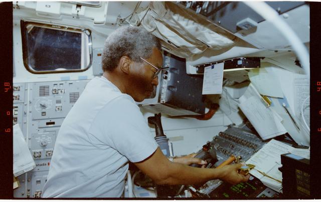 S39-20-031 - STS-039 - STS-39 crew activities