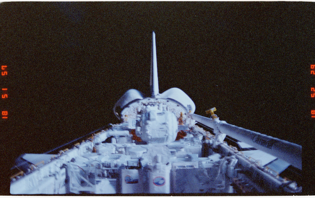 S39-22-004 - STS-039 - Overall of cargo bay