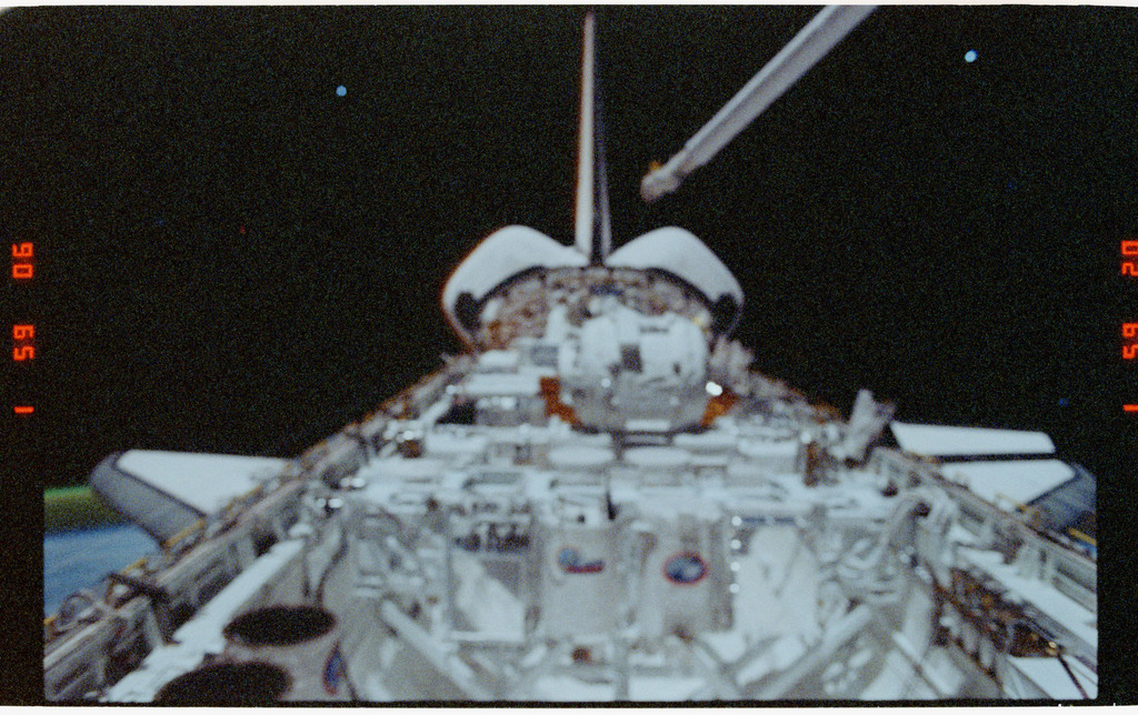 S39-26-002 - STS-039 - Overall of cargo bay