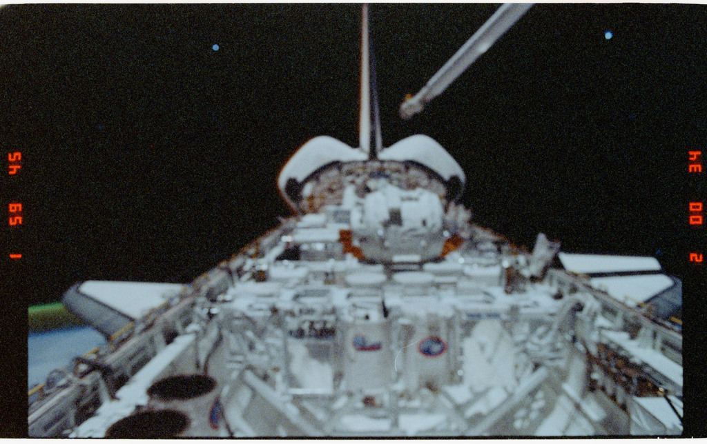 S39-26-004 - STS-039 - Overall of cargo bay