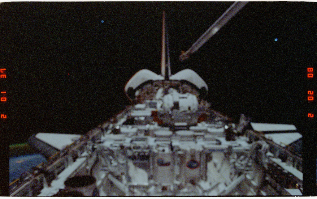 S39-26-008 - STS-039 - Overall of cargo bay