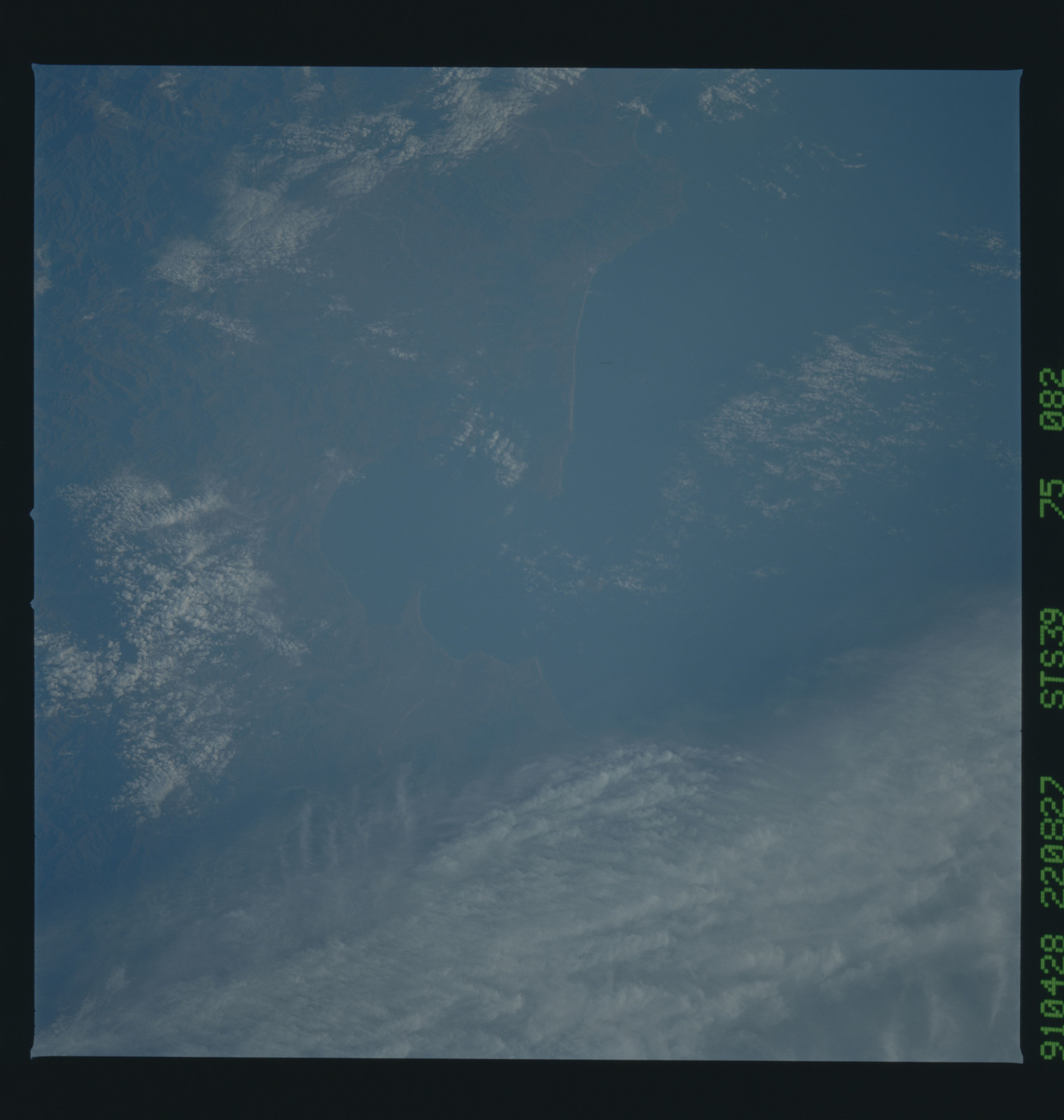 S39-75-082 - STS-039 - STS-39 earth observations