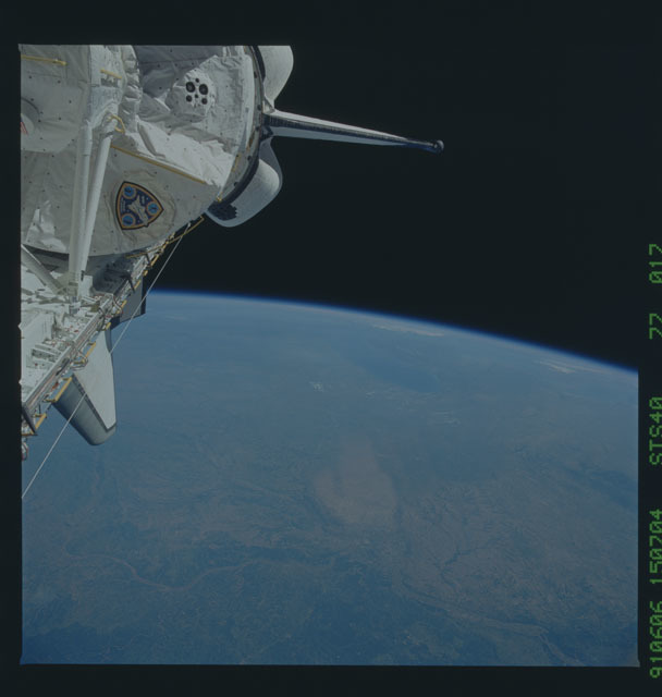 S40-77-017 - STS-040 - Earth observations
